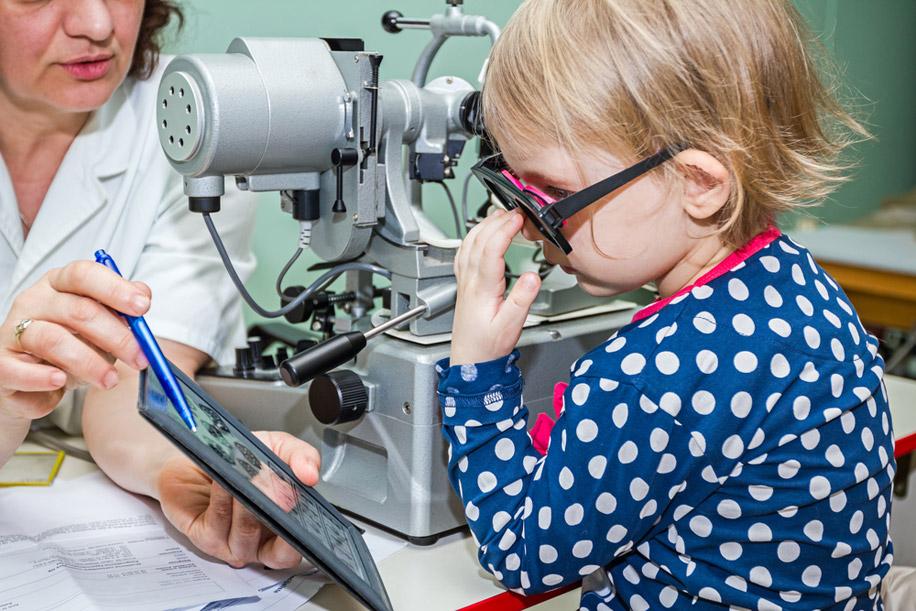Офтальмологи рекомендуют родителям проверять зрение малыша