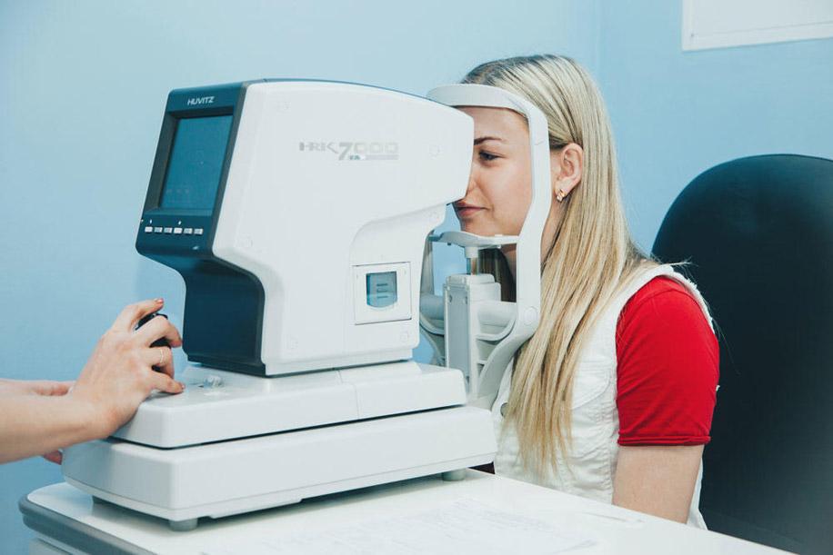 авторефрактометрию — оценку состояния роговицы и рефракции — способности глаза преломлять световые лучи; примерку очков.