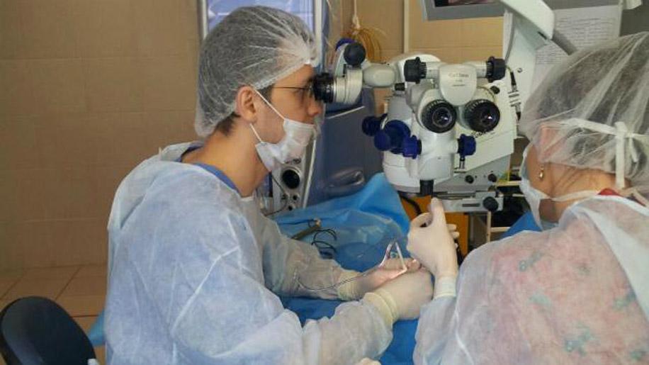 Сначала симблефарон лечится только хирургическими методами