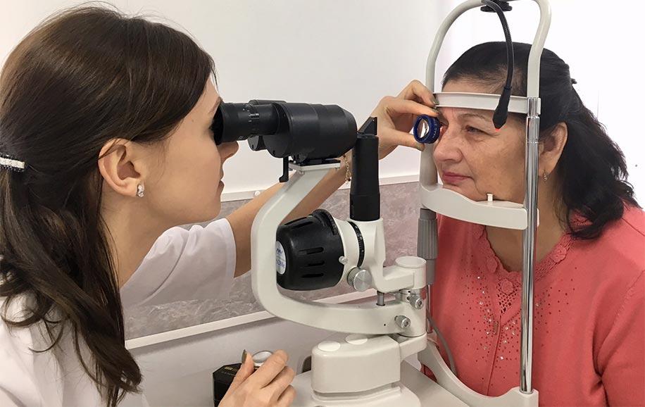 Проверка сетчатки глаза линзой