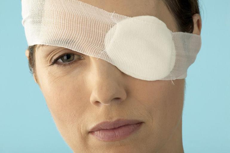 сделает повязку на глаз больному