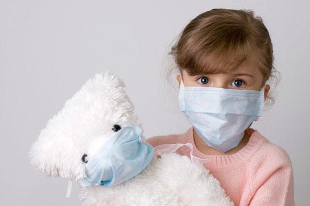 девочка с мишкой в повязках на лице