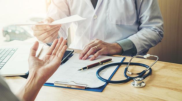 лечение противопаразитарными мазями, использование щелочных офтальмологических капель