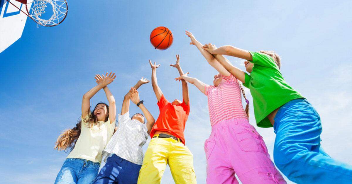 Школьникам со слабой степенью миопии разрешаются такие виды спорта, как волейбол, баскетбол