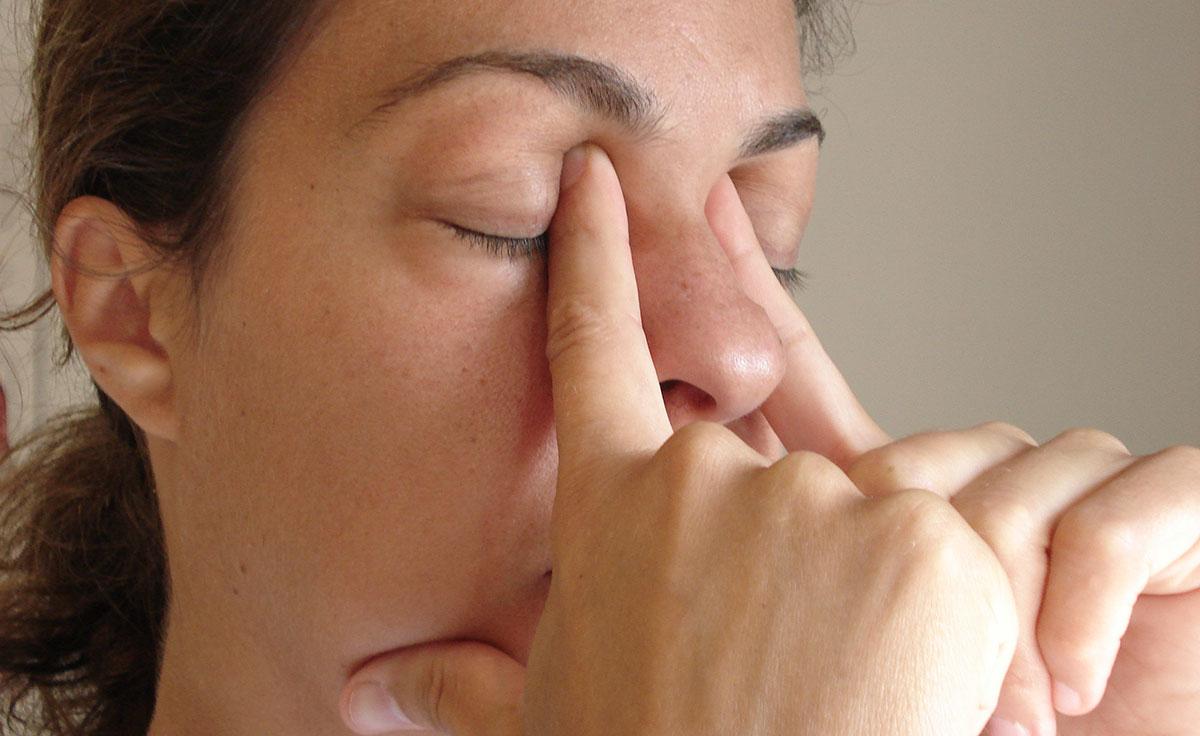 Аккуратными движениями поглаживают веки по направлению от внутреннего уголка глаза к его наружной части