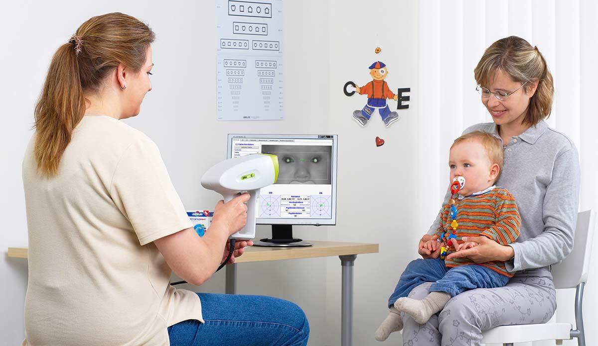 уже в первые годы жизни малыша необходимо показать офтальмологу