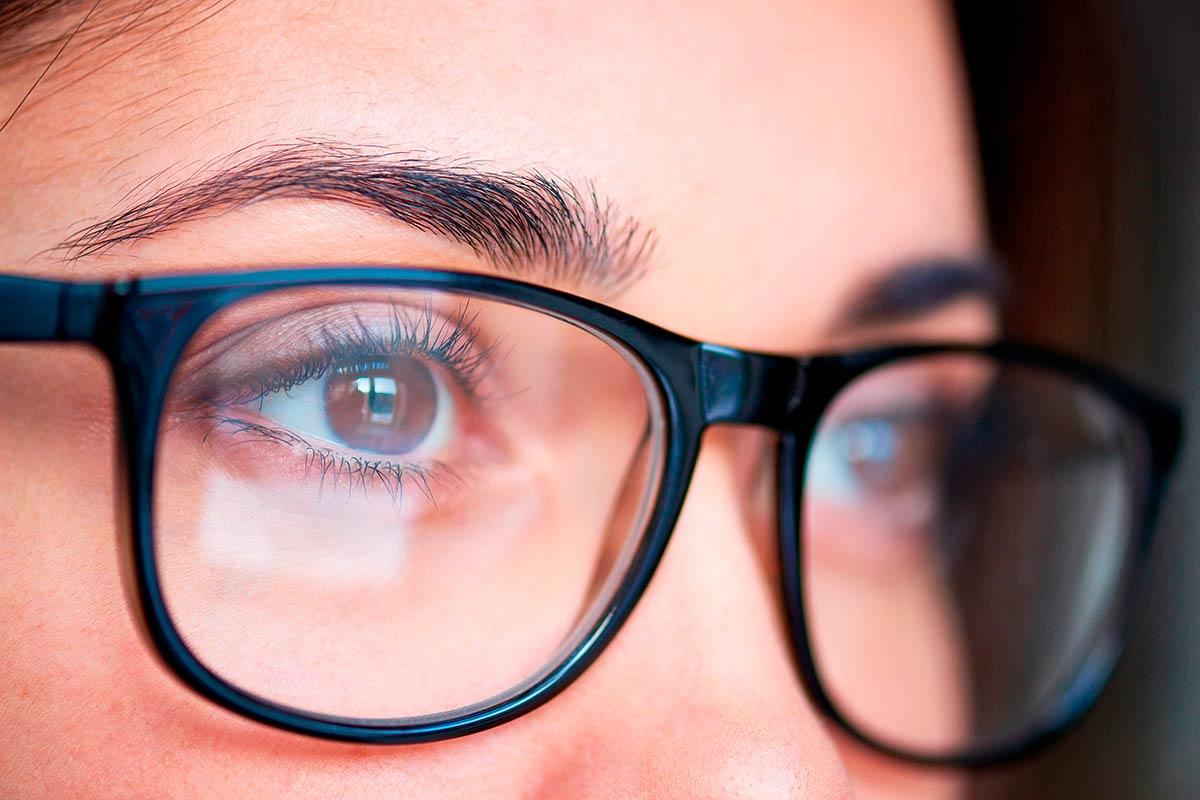 картинка глаза человека и очки качестве удержания звучания