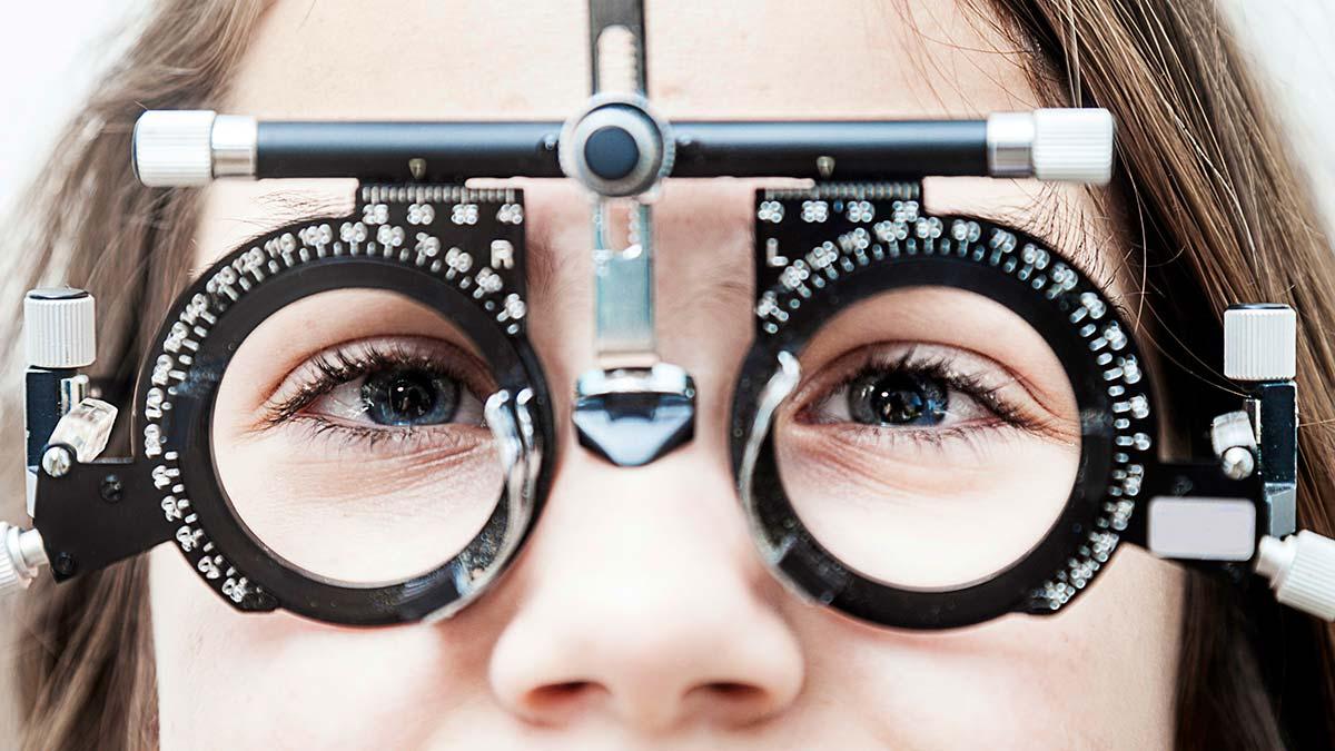 Подбирать очки для зрения сегодня приходится многим людям