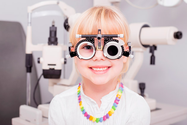 девочка на приеме для проверки зрения
