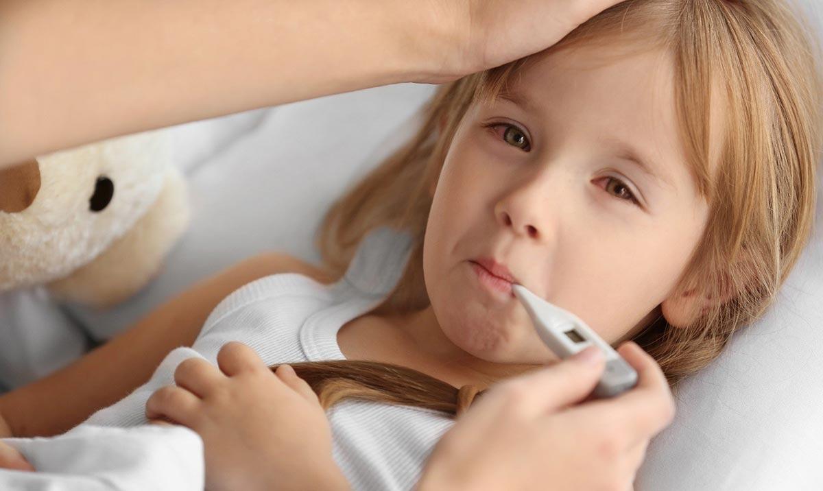 При первых признаках конъюнктивита необходимо обратиться к педиатру