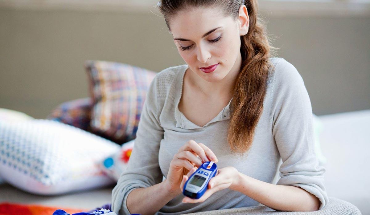пациенту нужно постоянно следить за своим питанием и уровнем глюкозы в крови