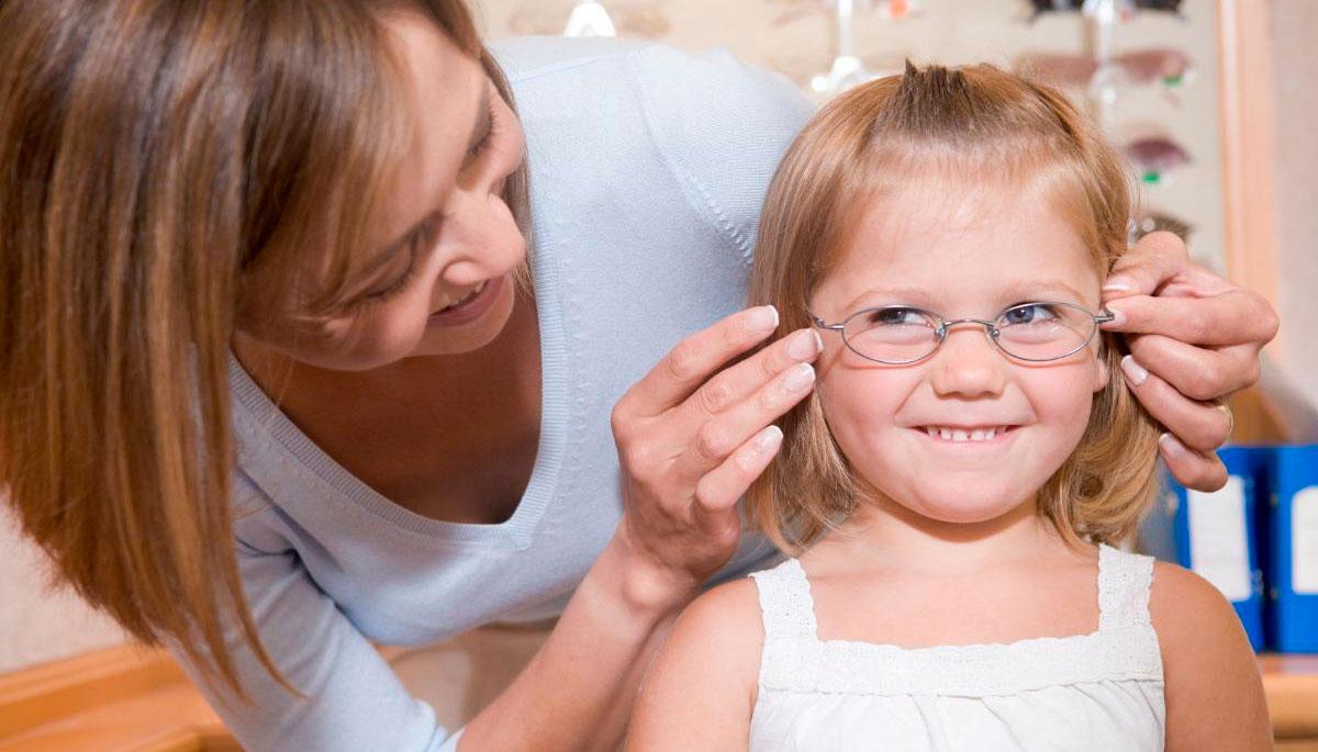 Если астигматизм врожденный, то его коррекцию с помощью очков начинают уже в детстве.
