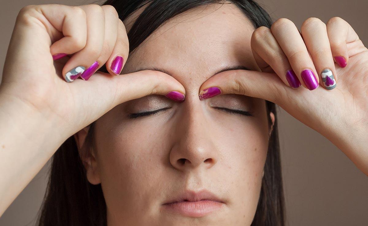 сделайте несколько легких нажатий на глазные яблоки