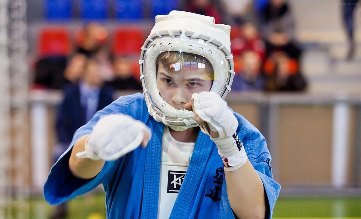 Если взрослый или ребенок занимаются контактными видами спорта, необходимо посещать тренировки и соревнования в  защитных масках и шлемах.
