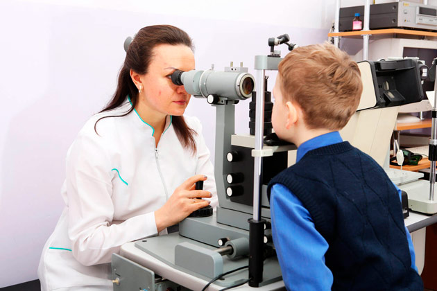 ребенок у офтальмолога на обследовании