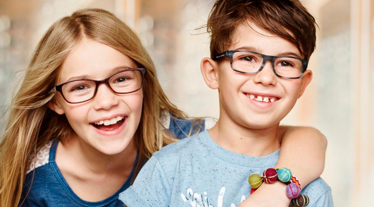 Родителям нужно следить за тем, чтобы ребенок носил прописанные очки при близорукости