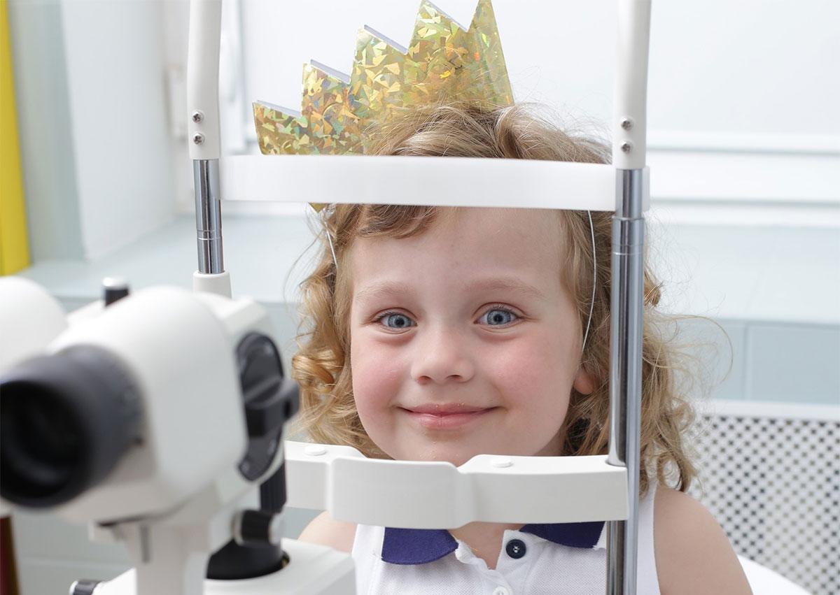 обязательно проверьте у ребенка зрение