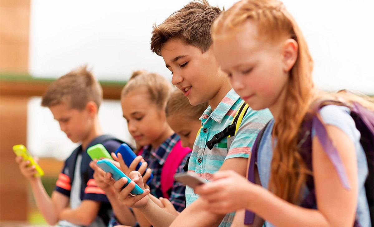В школах на переменах дети не играют друг с другом, а смотрят в смартфоны.