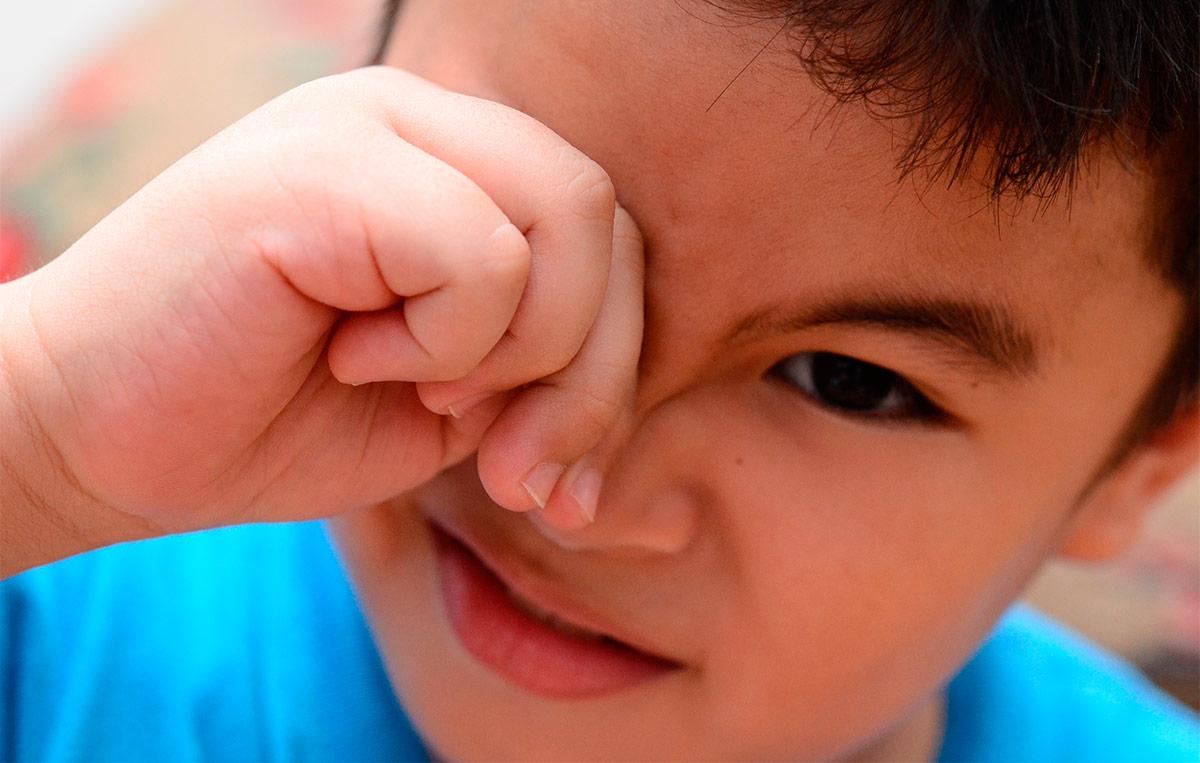 Ребенок постоянно трет веки руками