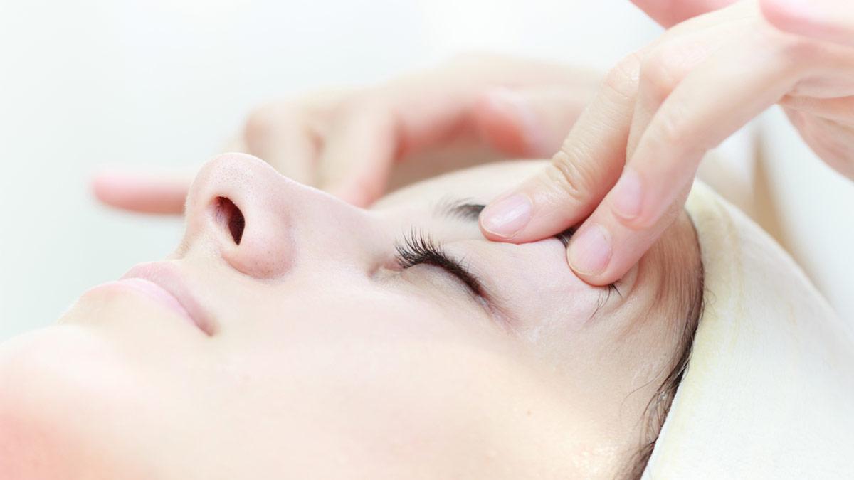 При некоторых глазных болезнях применяется массаж