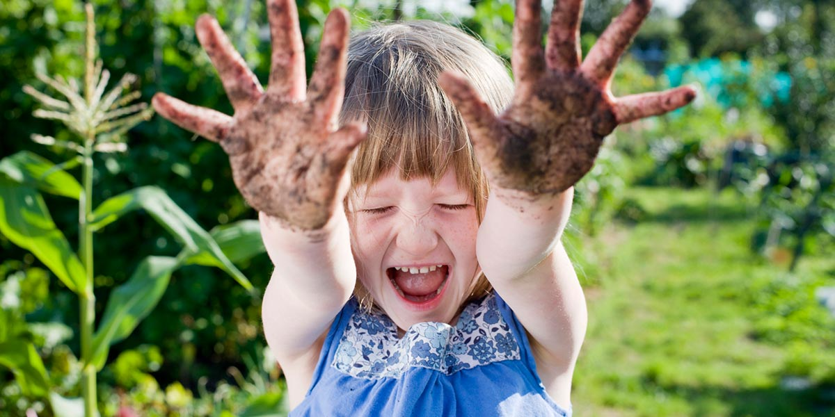 человек трет глаза грязными руками