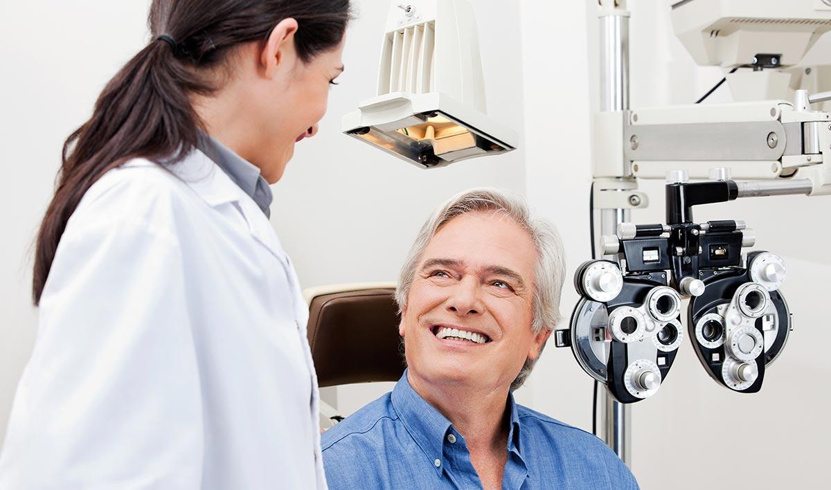 При любых симптомах нужно незамедлительно посетить офтальмолога.