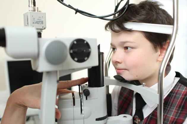 мальчик у офтальмолога