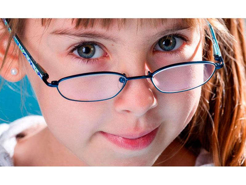 Тревожным сигналом для мамы может стать отказ ребенка от занятий, связанных с некоторыми нагрузками на глаза: так, например, различные нарушения в структурах глаза могут быть причиной дальнозоркости у детей:.