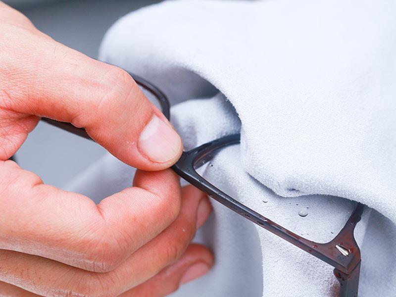 Чем почистить стекла очков для зрения